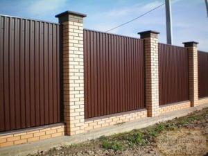 Забор из профнастила кирпичные столбы