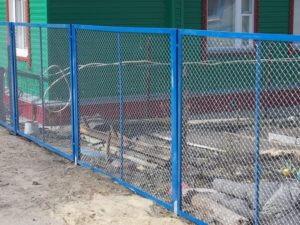 забор с калиткой из сетки рабицы