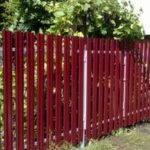 красный забор из евроштакетника 2 метра