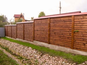 деревянный забор елочка на фундаменте