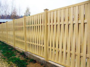 забор из дерева плетенка